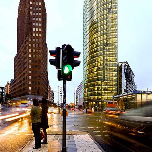 Un flusso di traffico che scorre attraverso la città