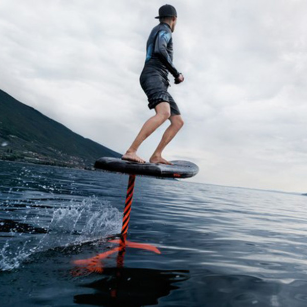 Volare sull'acqua con la tavola da surf e-foil Audi